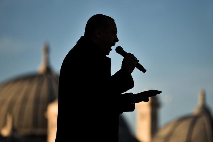 Redžep Tajip Erdogan ispred džamije