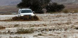 Autobus zmyty z drogi. Powódź zabiła osiemnaście osób