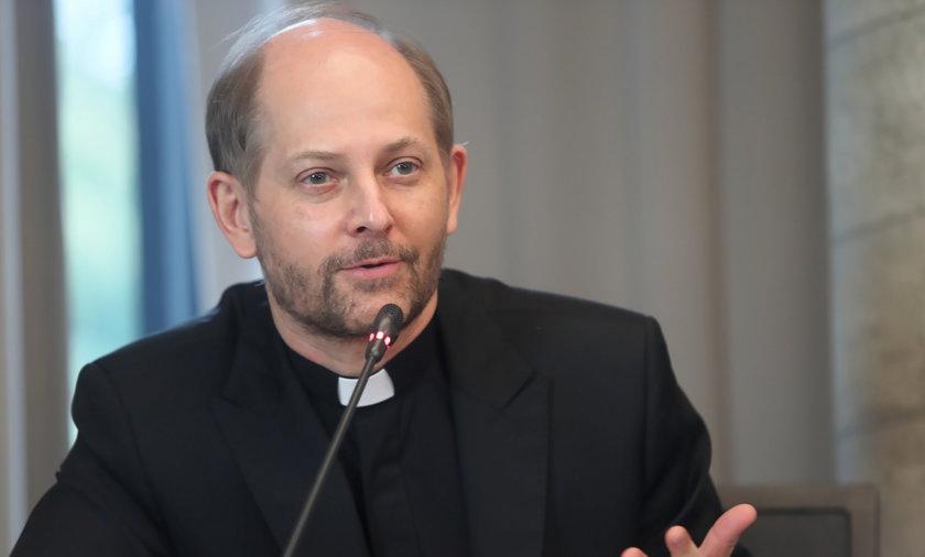 Jeśli w Wielką Sobotę nie ma możliwości pobłogosławienia pokarmów na stół wielkanocny w kościele, można to uczynić w domu - przypomina rzecznik Konferencji Episkopatu Polski ks. Leszek Gęsiak.