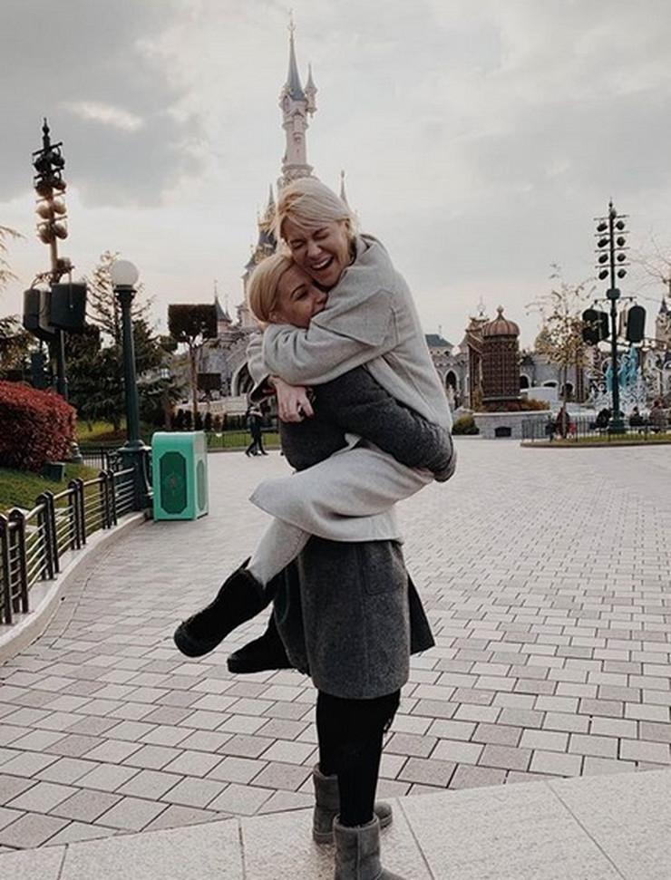 Nataša Bekvalac sa sestrama otišla u Pariz, a sa njima je JOŠ JEDNA LEPOTICA iz porodice koju javnost ne viđa često