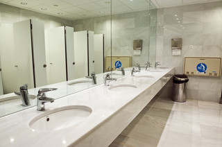 W jakiej odległości od stanowiska pracy powinna znajdować się toaleta dla pracowników?