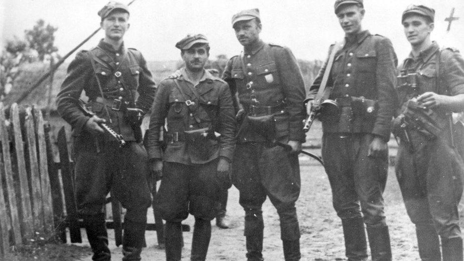 """V Wileńska Brygada Armii Krajowej. Henryk Wieliczko ps. """"Lufa"""" pierwszy z lewej"""