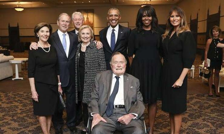 ZAŠTO SE SMIJU NA SAHRANI?! Fotografija na kojoj su Melanija Tramp, Bušovi, Klintonovi i Obame šokirala svijet