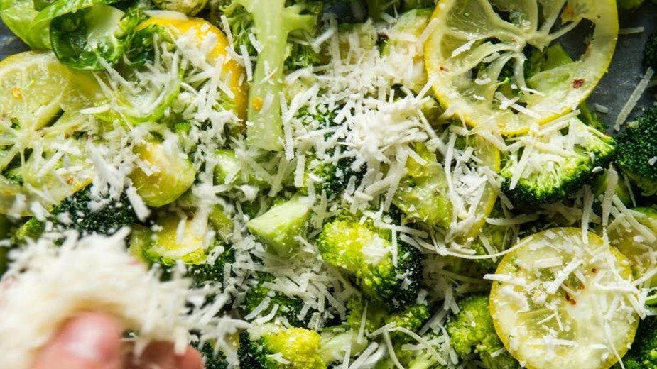 Pieczony brokuł z brukselką, cytryną i chrupiącym parmezanem