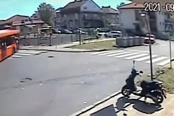 """NOVI SNIMAK NESREĆE U ZEMUNU Evo kako je vozač """"pomahnitalog"""" autobusa izgubio kontrolu nad vozilom! (VIDEO)"""