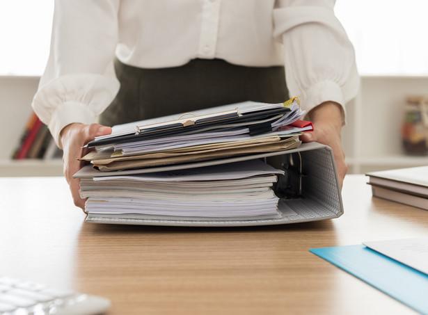 Ustawą z 10 stycznia 2018 r. o zmianie niektórych ustaw w związku ze skróceniem okresu przechowywania akt pracowniczych oraz ich elektronizacją (Dz.U. z 2018 r., poz. 357) do kodeksu pracy zostały wprowadzone nowe przepisy, które m.in. regulują okres przechowywania dokumentacji pracowniczej.