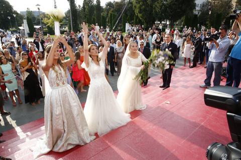 Evo kako je izgledalo IZA ZATVORENIH VRATA slavlja venčanja ČETVORO DECE Bogoljuba Karića! Foto + Video