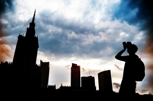Projekt zakłada, że w związku z przejęciem wykonywania zadań powiatowych, z dniem wejścia w życie ustawy, zlikwidowane lub przekształcone zostaną powiaty na obszarze miasta stołecznego Warszawy.