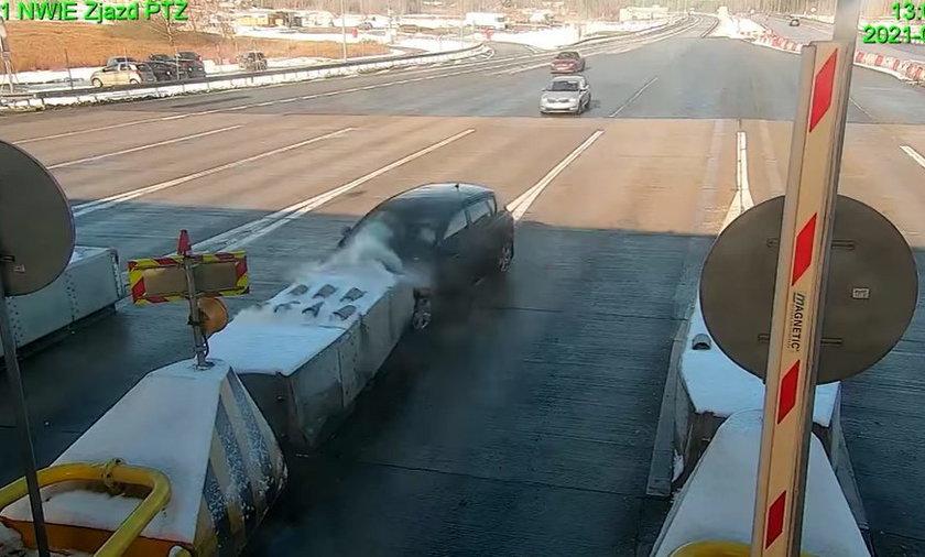 Kierowca z cała prędkością wjechał w bariery energochłonne.
