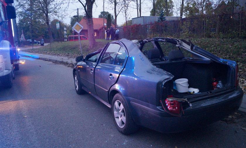 Koszmarny wypadek pod Piasecznem. W skodzie ścięło dach. Kierowca w ciężkim stanie
