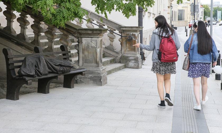 Słynna rzeźba pojawiła się przed kościołem kapucynów w Warszawie.