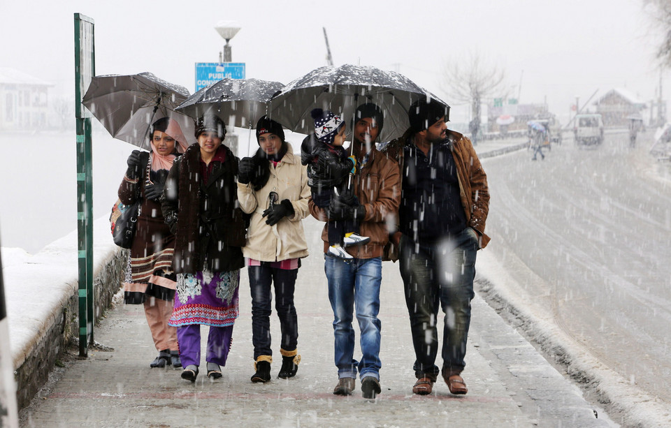 INDIA KASHMIR WEATHER (Life in Kshmir once again halted by heavy snowfall)