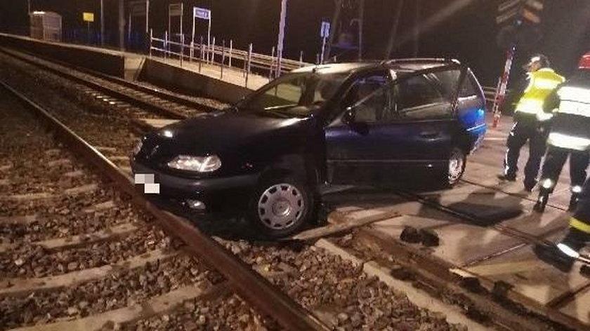 Samochód ugrzązł na przejeździe kolejowym w Ludyniu