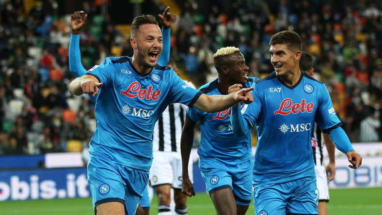Piłkarz SSC Napoli Amir Rrahmani (L) celebrujący z kolegami bramkę strzeloną Udinese Calcio