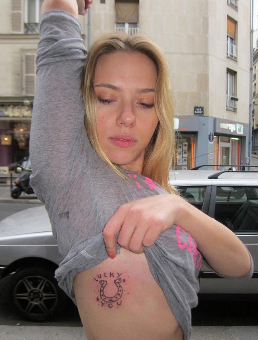 Scarlett Johansson tatuaż