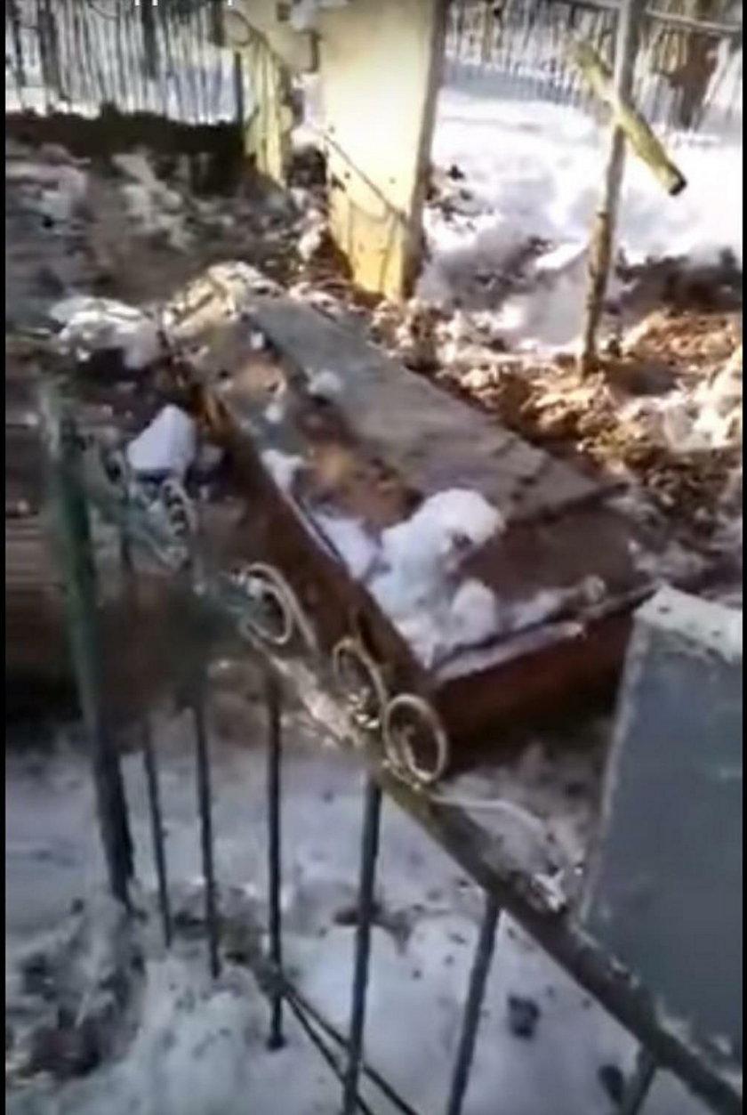 Wykopali grób zmarłego. Tak mści się zakład pogrzebowy