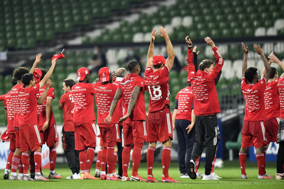 Fudbaleri FK Bajern Minhen pozdravljaju navijače... kojih nema