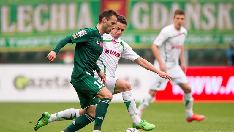 Zawodnik Śląska Wrocław Marco Paixao (L) walczy o piłkę z Arielem Borysiukiem (P) z Lechii Gdańsk podczas meczu polskiej Ekstraklasy