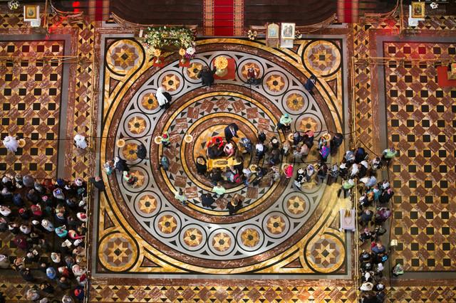 Hodočasnici u hramu Hrista Spasitelja strpljivo čekaju da bi se poklonili moštima Svetog Nikole