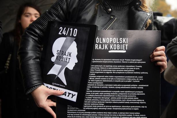 """""""Czarna delegacja"""" przed siedzibą PiS przy ul. Nowogrodzkiej w Warszawie"""