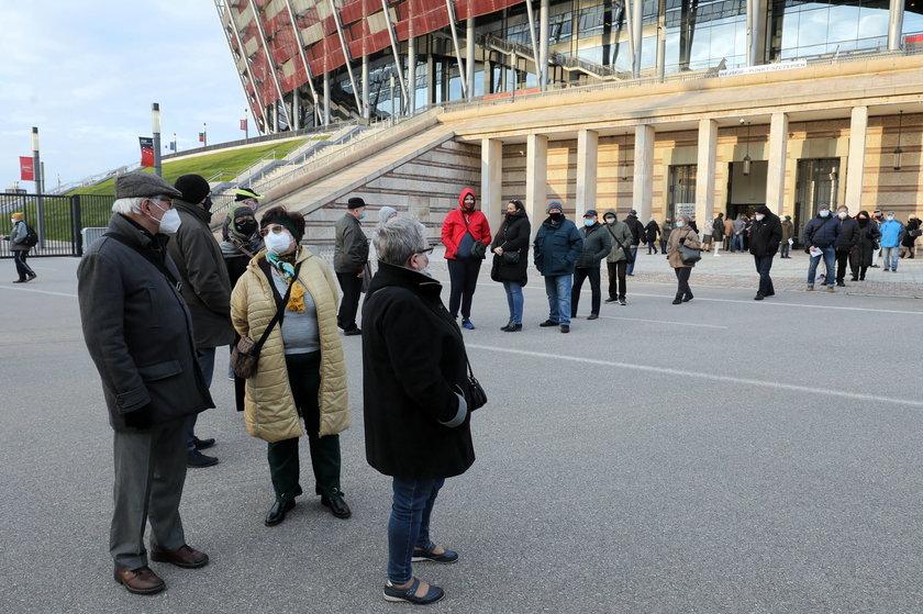 Dantejskie sceny w kolejce do szczepień na Stadionie Narodowym.
