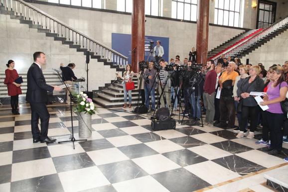 Igor Mirović prilikom dodele ugovora izbeglicama
