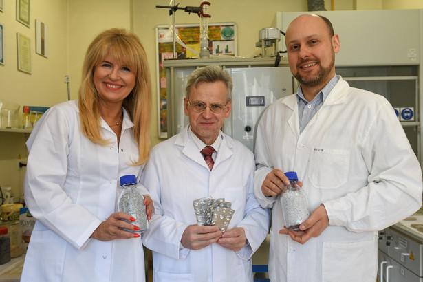 Naukowcy z Wydziału Chemicznego Uniwersytetu Łódzkiego, fot. Andrzej Zbraniecki