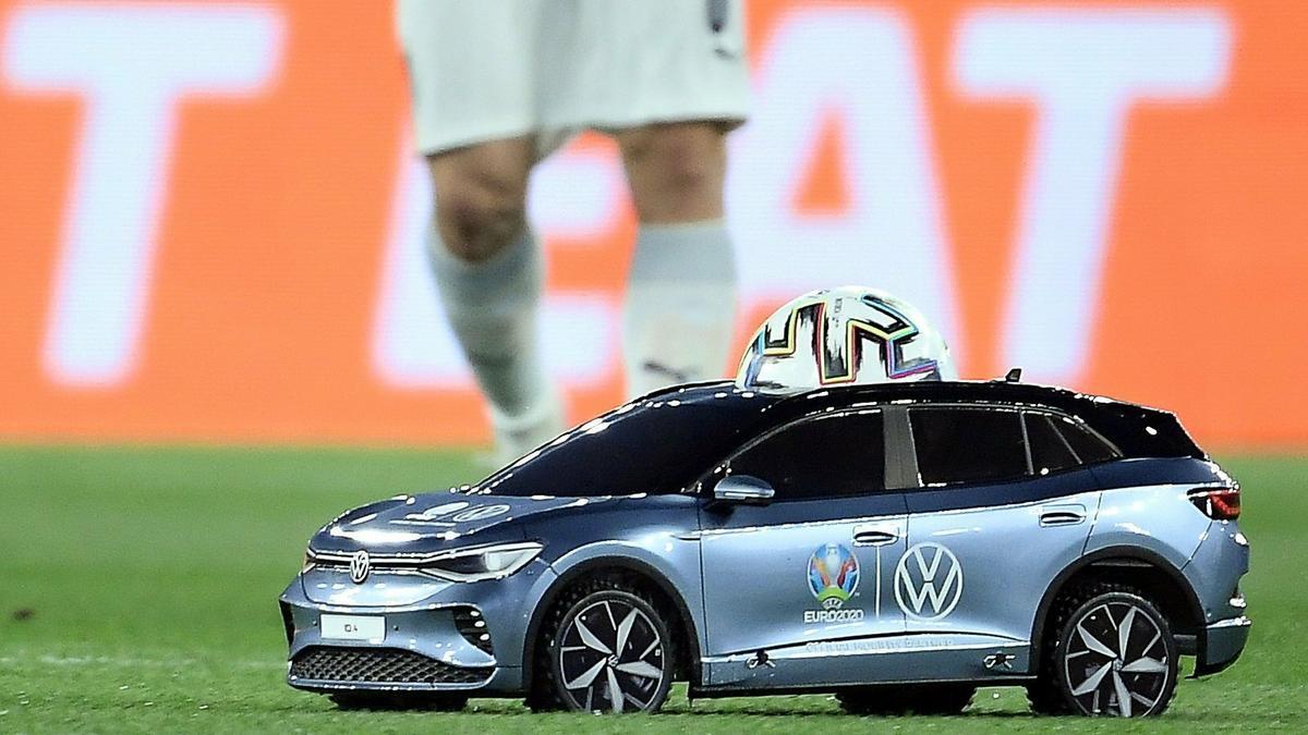 Távirányítású autóval érkezett meg a meccs labdája