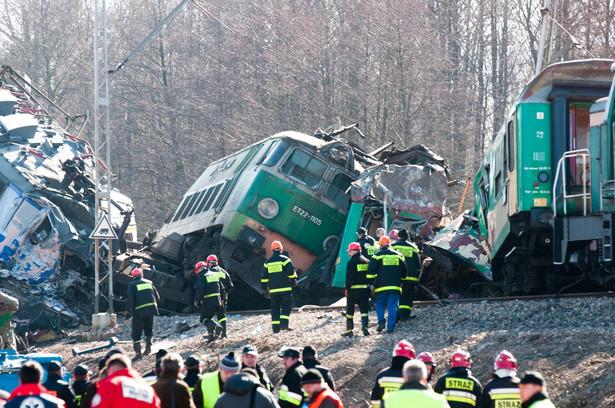 Akcja poszukiwawcza na miejscu katastrofy kolejowej w Szczekocinach koło Zawiercia.