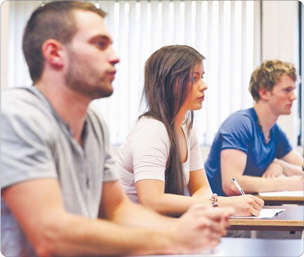 Pracodawcy zaczynają bardziej cenić tytuł doktora niż ukończenie studiów MBA. W ubiegłym roku studia doktoranckie rozpoczęło u nas 10,5 tys. młodych ludzi. To ponad trzy razy więcej niż 15 lat temu Fot. Shutterstock