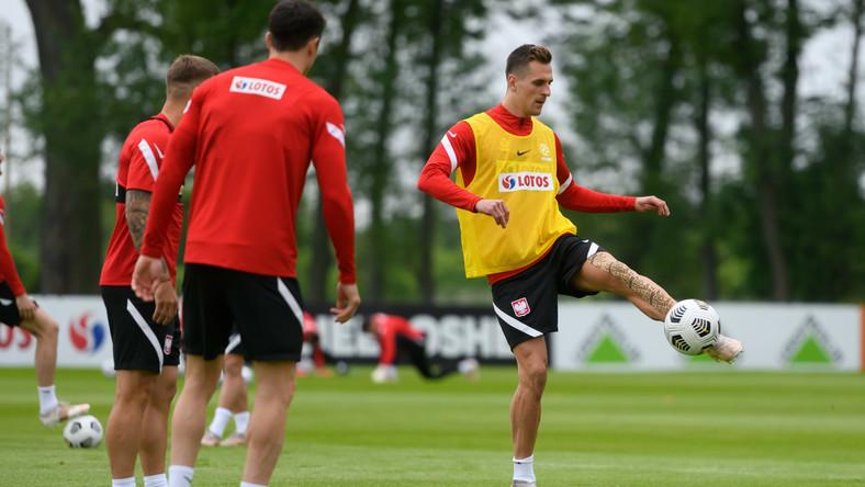 Napastnik piłkarskiej reprezentacji Polski Arkadiusz Milik (P) podczas treningu kadry w Opalenicy