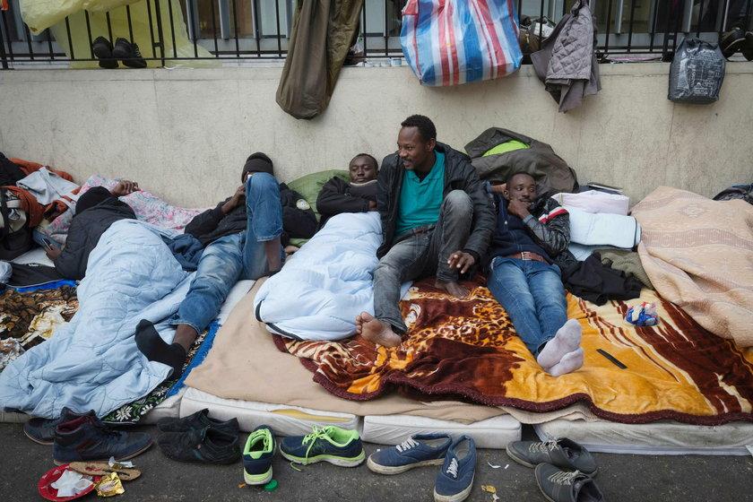 Uchodźcy chcą przeczekać w Paryżu kilka dni