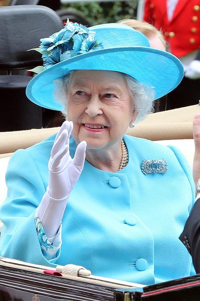 Kraljica u omiljenoj plavoj boji