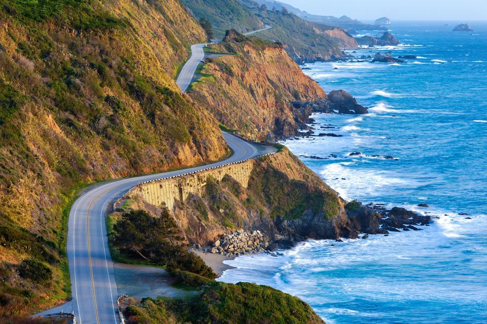 Autostrada California Pacific Coast słynie z niesamowitych nadmorskich widoków z licznymi urwiskami, które wychodzą na Ocean Spokojny. Dla turystów po drodze są różne restauracje, plaże i wiele innych atrakcji.