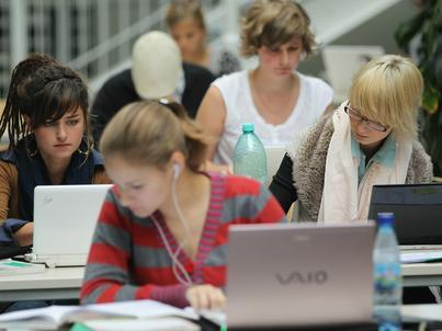 Wielu studentów korzysta dziś z książek wyłącznie w elektronicznej formie i nie rusza się z domu bez laptopa