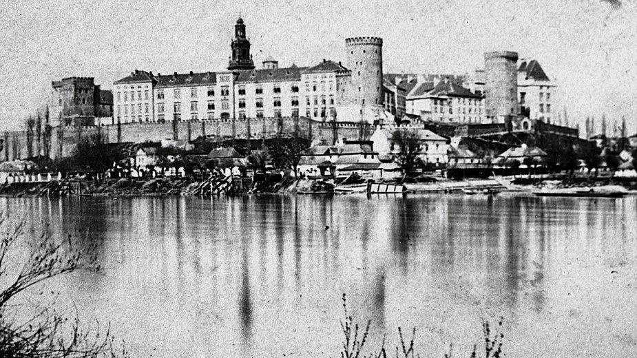 Podróż do miejsc z przeszłości. Miasta Polski na zdjęciach sprzed lat - Wawel w Krakowie z 1865 roku.