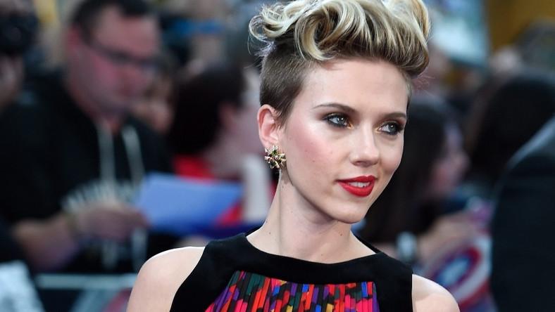 """Gwiazdorska obsada """"Avengers: Czasu Ultrona"""" przybyła na uroczysty pokaz filmu z licencją na hit. Był Iron Man – Robert Downey Jr. i Thor – Chris Hemsworth oraz Hulk –Mark Ruffalo. Ale w tym męskim gronie i tak najpiękniej błyszczała ona –Czarna Wdowa Scarlett Johansson"""