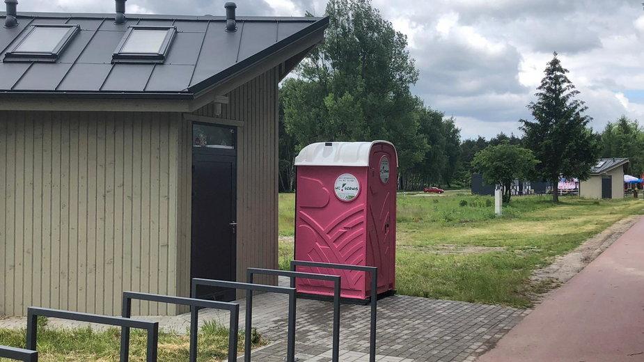 Toitoie postawione przed toaletami