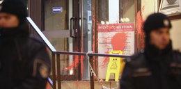 Incydent przed siedzibą PiS. Z tłumu poleciały dziwne przedmioty