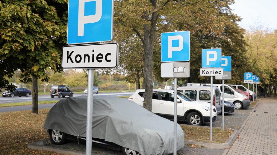 Na parkingu w Poznaniu zaroiło się od znaków. Mieszkańcy są zdziwieni i oburzeni