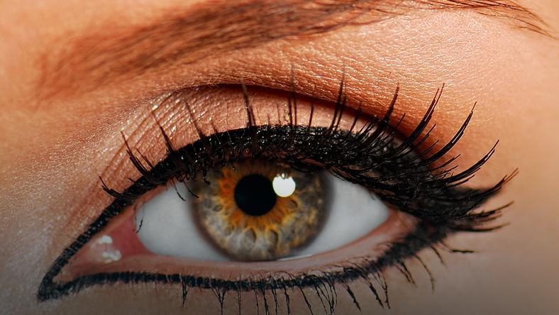 Jak narysować kreskę eye-linerem?