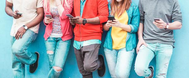 """""""Nastolatki 3.0"""" to cykliczny raport Państwowego Instytutu Badawczego NASK. Poprzednie raporty ukazały się w latach 2014 i 2016. Najnowszy zostanie opublikowany w lutym"""