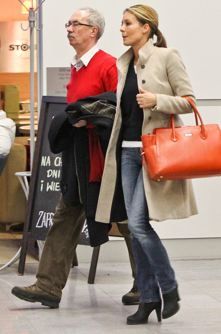 Małgorzata Rozenek z tatą na lotnisku
