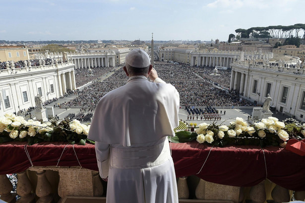 Papież Franciszek wygłasza orędzie z balkonu bazyliki Świętego Piotra.