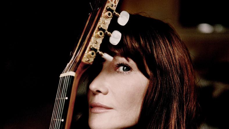 """Carla Bruni-Sarozy jest córką kompozytora Alberta Bruniego Tedeschiego i pianistki Marisy Borini. Od młodych lat, jako modelka, obracała się w wyjątkowym muzycznym towarzystwie. Spotykała się m.in. z Erikiem Claptonem i Mickiem Jaggerem. Pierwszą płytę podpisaną swoim imieniem i nazwiskiem wydała w 2003 roku. """"Quelqu'un m'a dit"""" znalazła się na szczytach sprzedaży w kilku krajach, oczywiście najdłużej gościła we Francji. Na drugim krążku """"No Promises"""" zaśpiewała teksty m.in. Williama Yeatsa i Emily Dickinson. Na następnym albumie """"Comme si de rien n'était"""" skręciła w stronę spokojnego country. Zaczęła też śpiewać dla innych i z innymi. Nagrała piosenkę z Harrym Connickiem Jr., a na trzypłytowym tribute albumie dla Dawida Bowiego """"We Were so Turned on"""" zaśpiewała jego kompozycję """"Absolute Beginners"""". Ostatni album studyjni Carli """"Little French Songs"""" ukazał się w 2013 roku"""