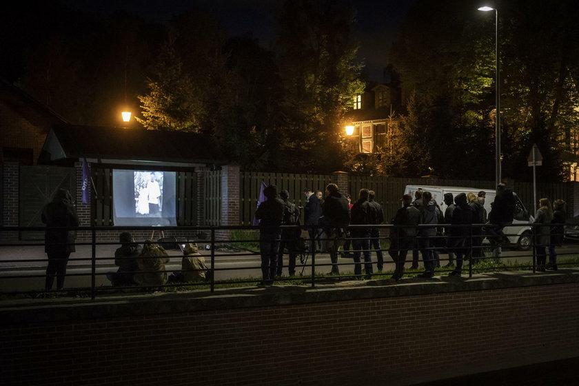 Publiczne wyświetlenie filmu na posiadłości abp. Głodzia