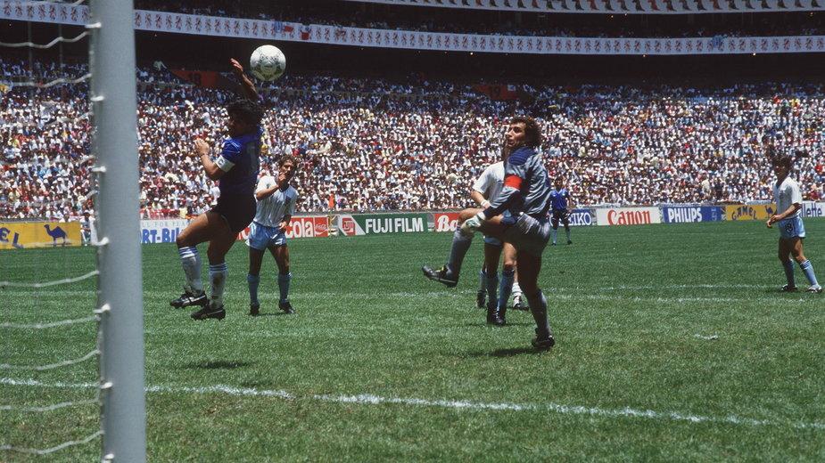 Diego Maradona strzelający gola ręką reprezentacji Anglii