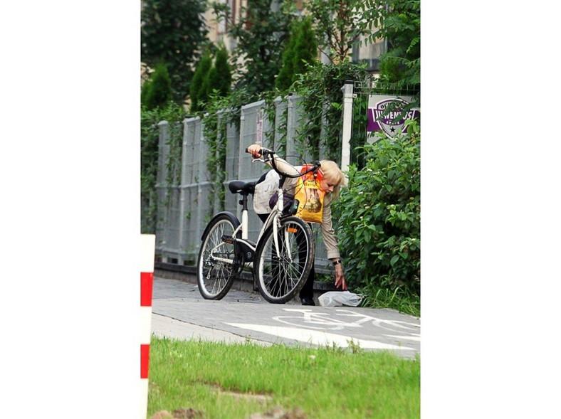Izabela Trojanowska miała jednak problem z obładowanym zakupami rowerem.
