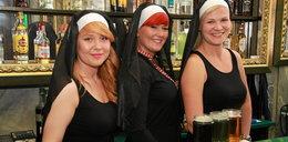 Seksowne zakonnice za barem