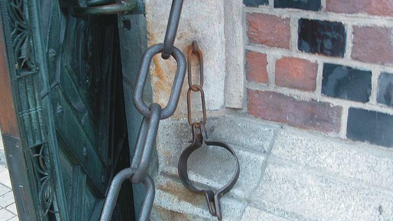 Tajemnice Kościoła Mariackiego: przy drzwiach znajduje się metalowa obręcz
